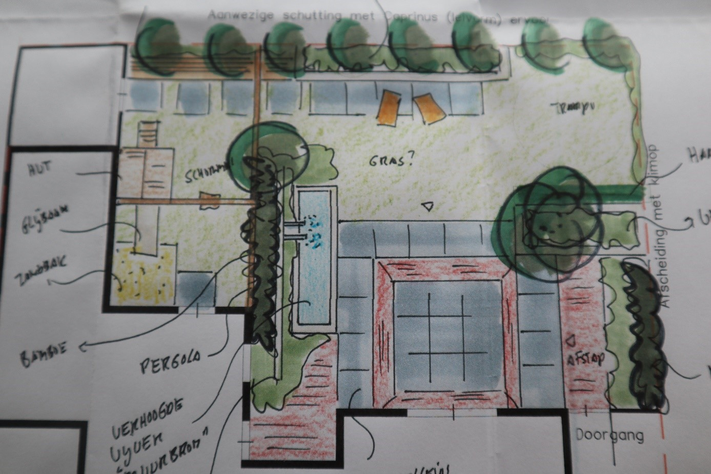 Pergola voor klimplanten op erfafscheiding gemonteerd